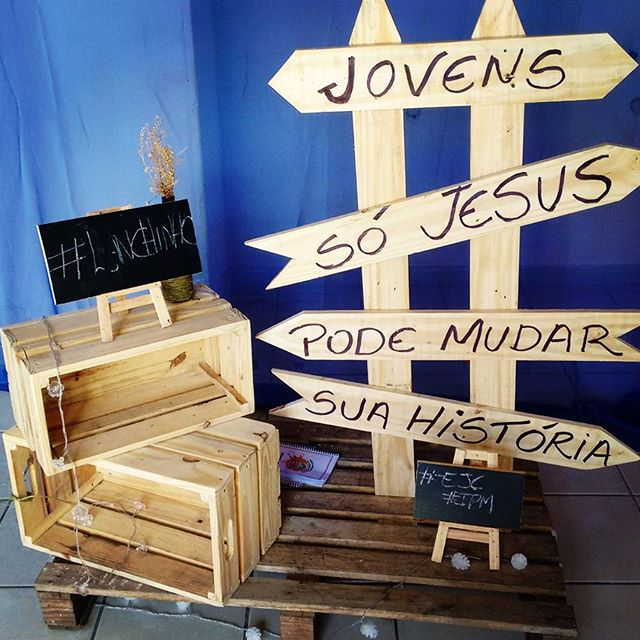 Wooden pallets ideas of DIY Pallet planters, Round Table, and other decorative items