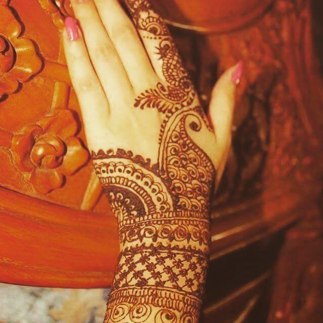 simple mehndi on the backhand