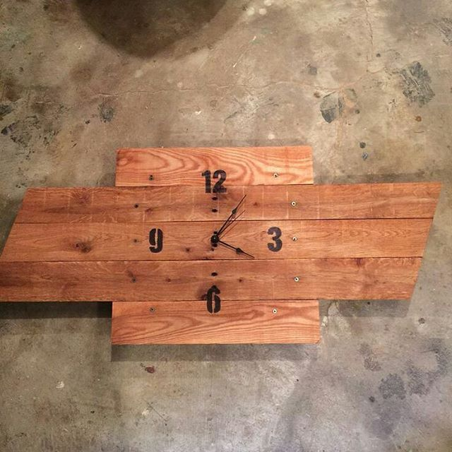 sleek pallet clock