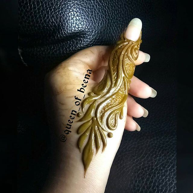 beautiful mehndi art on thumb