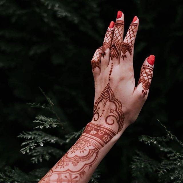 beautiful mehndi to enhance your hand's beauty