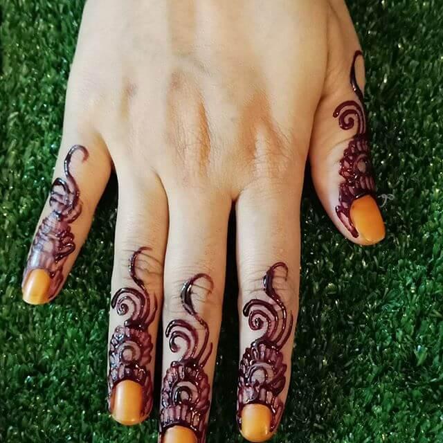 simple mehndi art on fingers