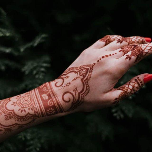 backhand complicated mehndi art