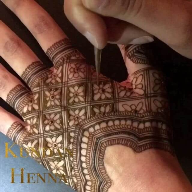 back hand beautiful mehndi art