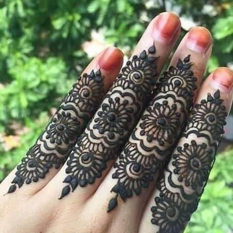 mehandi art on fingers