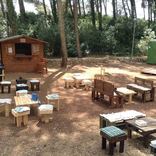 Small Pallet hut accompanied by benches and pallet table