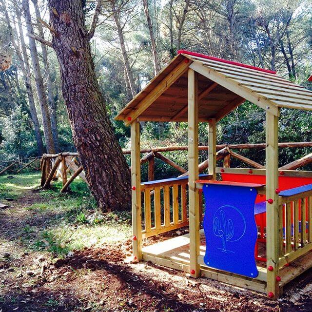 small wooden pallet hut For the kiddies