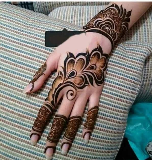 Wonderful Mehndi Art on Back Hand on new year