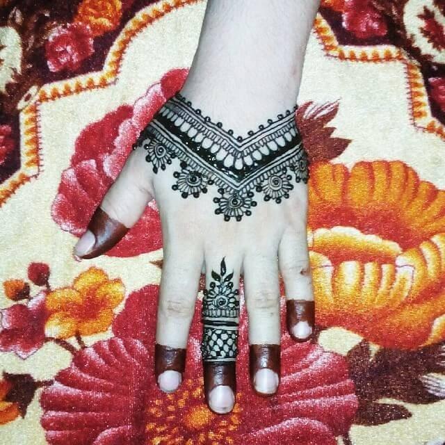 Quite simple Backhands mehndi designs