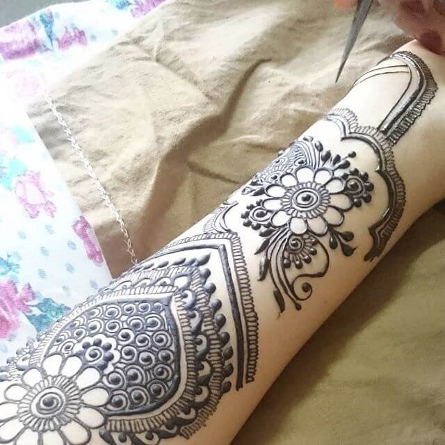 Quite simple Backhands mehndi designs 2018
