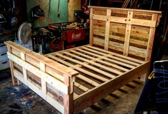 PALLET BED FRAME ILLUMINATED WITH LIGHTS