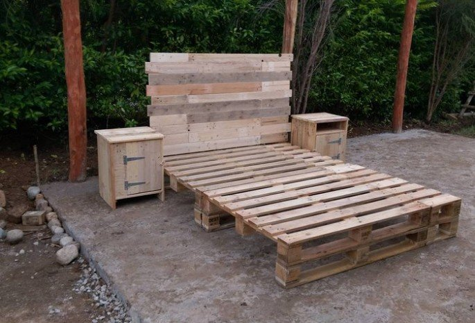 WHITE PALLETS FOR BED FRAMES AND HEADBOARD