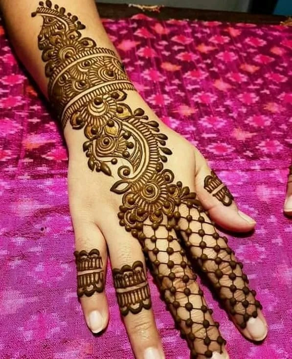 diy awesome Mehndi Art on Back Hand on new year