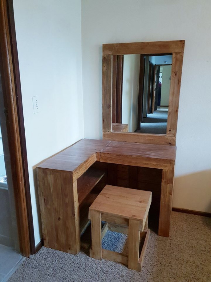 Pallet dressing table ideas with brown color scheme