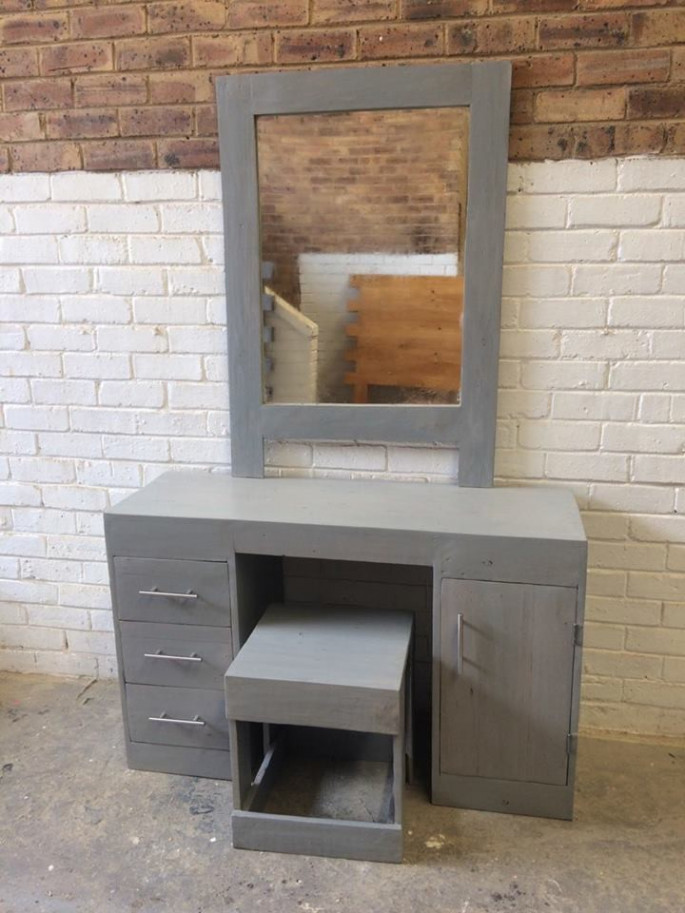 Pallet dressing table ideas with grey color scheme