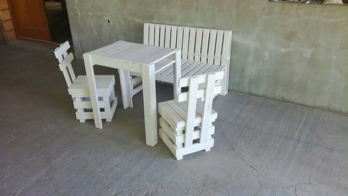pallet chairs with bench and stool