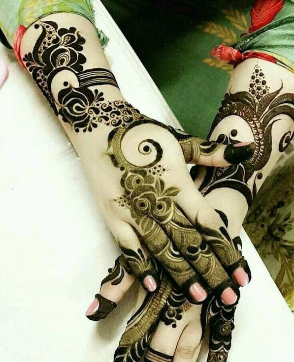 best Mehndi Art on Back Hand on new year