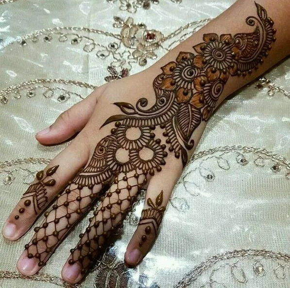 Outstanding Mehndi Art on Fingers on new year