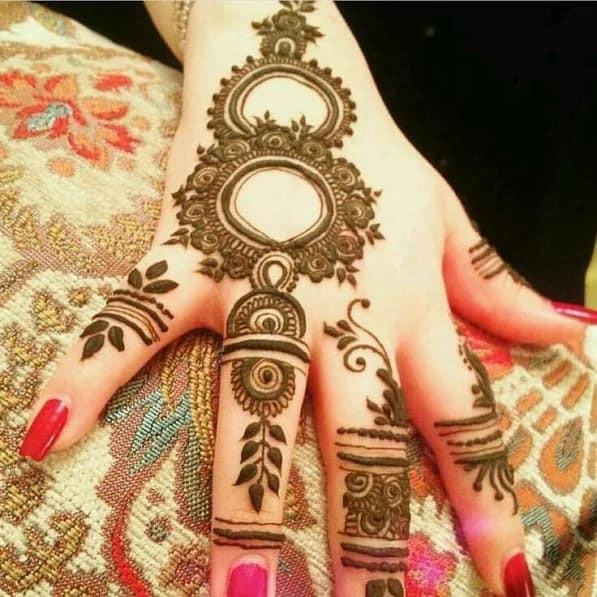 Outstanding Mehndi Art on Fingers on new year