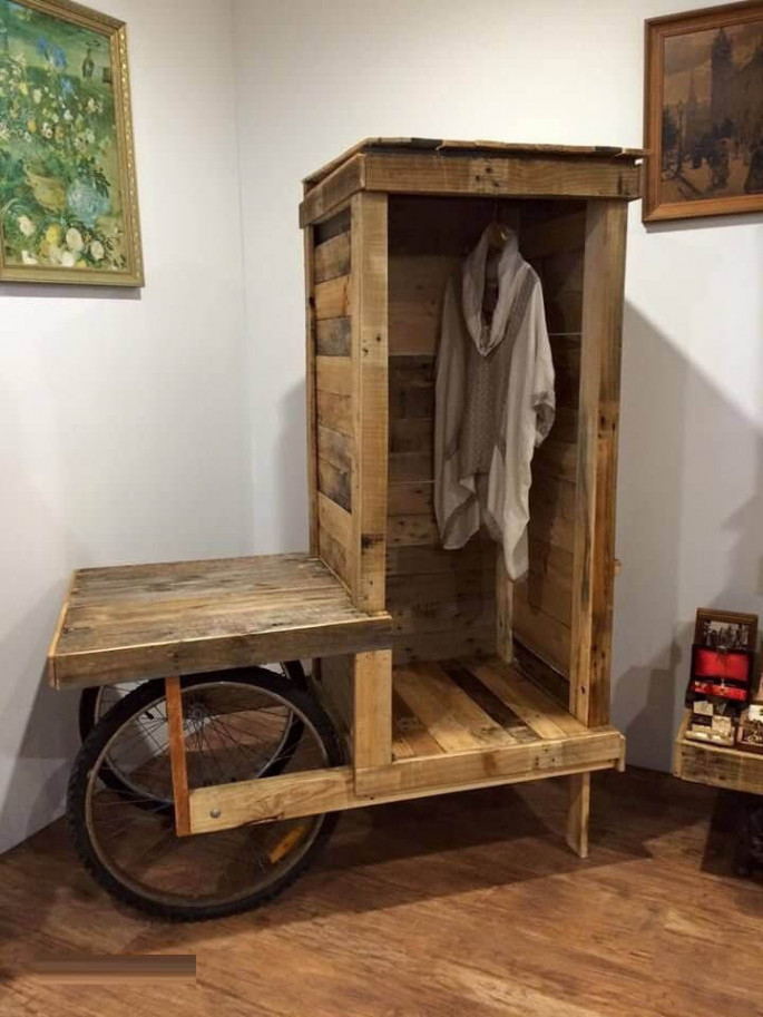 Pallet cloth hanging shelf