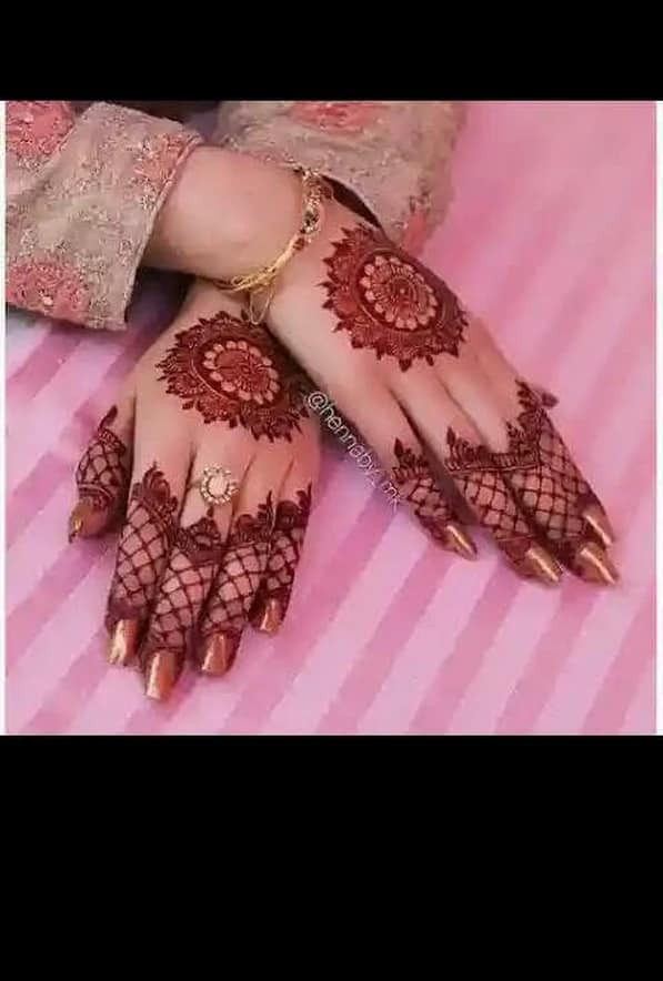 Stunning Mehndi Art on Palms for the new year