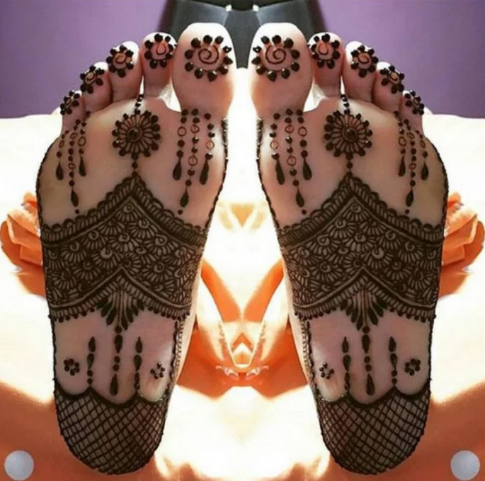 Classy and attractive Mehndi Designs for Foot