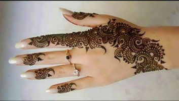 Simple and Decent Mehndi Designs for Girls